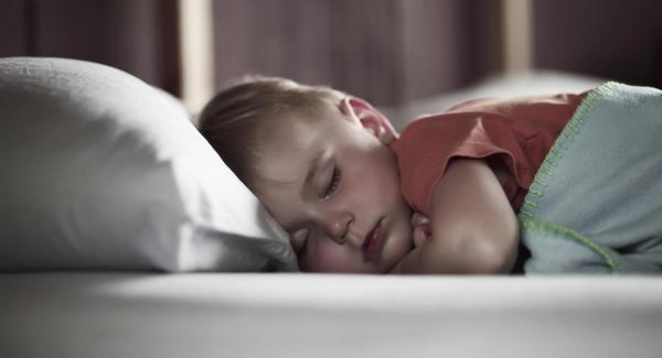 Mi hijo no duerme en la noche ¿Cómo lo ayudo?